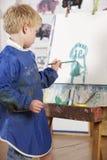 pojkemålningsbarn Arkivbild