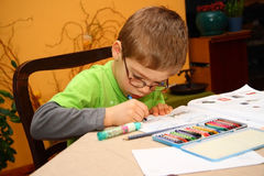 pojkemålningsbarn Arkivbilder