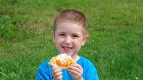 pojkematställegräs har little pizza två för ängmiddagpicknick pojke och liten flicka stock video