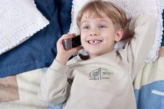 pojkemobiltelefon Fotografering för Bildbyråer