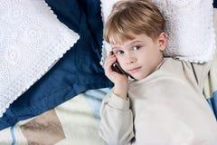 pojkemobiltelefon Royaltyfri Foto