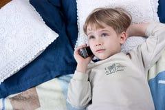pojkemobiltelefon Royaltyfria Foton