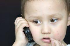 pojkemobiltelefon royaltyfria bilder