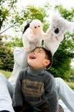 pojkemoder som tillsammans leker Fotografering för Bildbyråer
