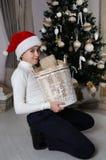 Pojken är klar att hjälpa med förberedelsen för jul Arkivfoton