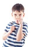 Pojken är klar att slåss med nävar Arkivfoton