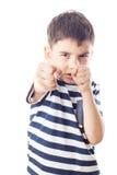 Pojken är klar att slåss med nävar Fotografering för Bildbyråer