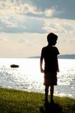 Pojken är på stranden Royaltyfri Foto