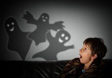 pojken är rädd av spökar på natten Royaltyfri Bild