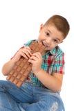 Pojken äter choklad Royaltyfria Bilder