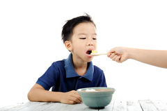 Pojken äter ris Royaltyfria Foton