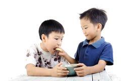 Pojken äter ris royaltyfri foto