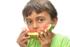 pojken äter vattenmelonen arkivfoton