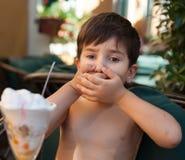 Pojken önskar inte att äta glass Royaltyfria Bilder