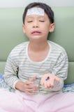 Pojken önskar inte att äta medicin Arkivbild
