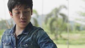 Pojken använder en exponeringsglastorkduk för att torka huset med en lycklig framsida, lager videofilmer