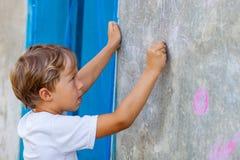 Pojken avgör till arithmetic exempel Royaltyfri Foto