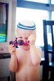 Pojken bär solglasögon Arkivbilder
