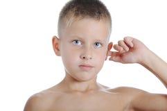 Pojken behandla som ett barn örat för pojkehandhandlaget royaltyfria bilder