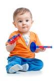 Pojken behandla som ett barn med musikaliska leksaker Arkivbilder