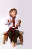 pojken beklär lilltetradishional Arkivbild