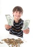 pojken betraktar pengar Arkivfoto