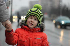 Pojken blinkar i hatten med buboen Intelligens för katt för pyskläder varm röd Arkivfoton