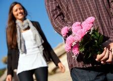 pojken blommar att förvåna för flickvän Royaltyfri Fotografi