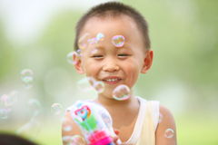 pojken bubbles att leka för tryckspruta Royaltyfri Bild