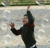 pojken bubbles lyckligt leka Arkivfoto