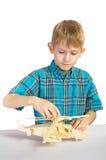 pojken bygger den trähelikoptern Royaltyfri Bild