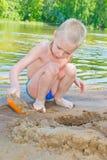 Pojken bygger en sand arkivbilder