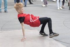 Pojken dansar arkivbild