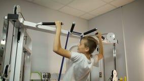 Pojken drar upp i idrottshallen lager videofilmer
