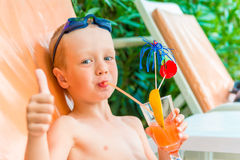 pojken dricker fruktsaft royaltyfria bilder