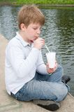 pojken dricker little milkshake Royaltyfria Bilder