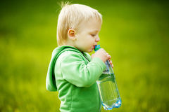 Pojken dricker mineralvatten Royaltyfri Bild