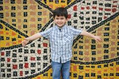Pojken erbjuder en kram Arkivfoton
