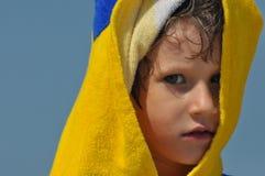 Pojken, ett barn i en handduk och huv Royaltyfri Fotografi