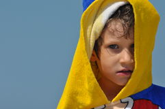 Pojken, ett barn i en handduk och huv Arkivbilder