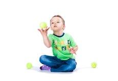 Pojken fångar bollen Arkivbilder