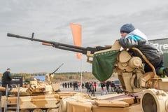 Pojken får bekantad med maskingeväret Arkivbilder