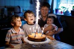 Pojken för den lilla ungen och familjen, fadern, broder och behandla som ett barn systern som firar födelsedag Royaltyfri Fotografi