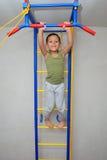 Pojken försöker att fånga upp på stången Fotografering för Bildbyråer