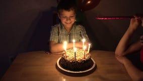 Pojken firar hans födelsedag med familjen stock video