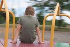 pojken går den glada rounden Fotografering för Bildbyråer