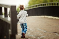 Pojken går med ett paraply Royaltyfria Foton