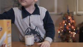 Pojken gör en milkshake från kakao arkivfilmer