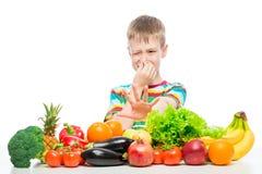 Pojken gör inte som grönsaker och frukter, avsmak för matbegreppsfoto royaltyfri foto
