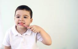 Pojken gör ren tänder Arkivfoton